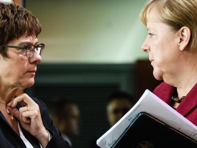 Merkel und AKK: Ein Parallel-Lauf mit Hindernissen