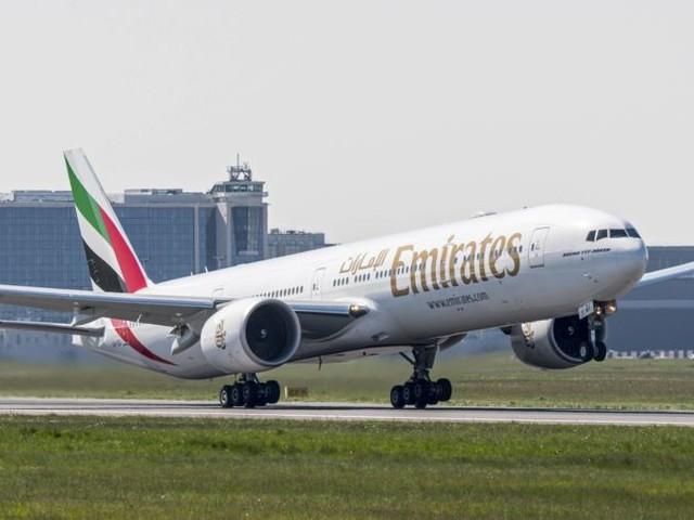 Emirates-Jet rammt auf der Startbahn fast ein Auto