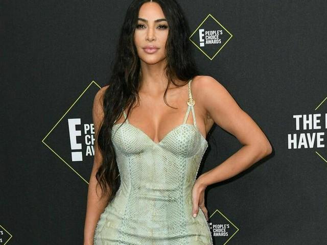 Kim Kardashian: Versace-Kleid betont ihre Kurven