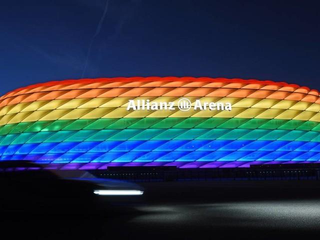 Anlässlich des Christopher Street Days: FCBayern beleuchtet Arena in Regenbogenfarben
