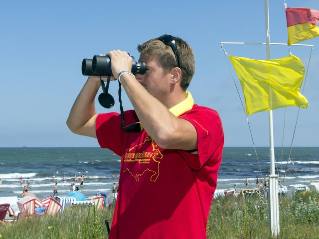 Rote Flagge am Strand? Wann du an Nord- und Ostsee baden kannst