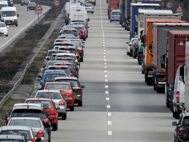 Porsche-Fahrerinversperrt Rettungswagen den Weg- doch sie wird noch dreister