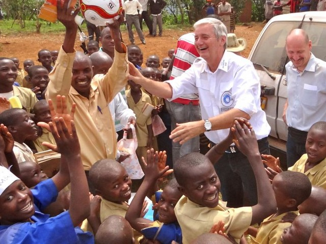 Mann verkaufte Unternehmen und baute Schulen für 50.000 Kinder