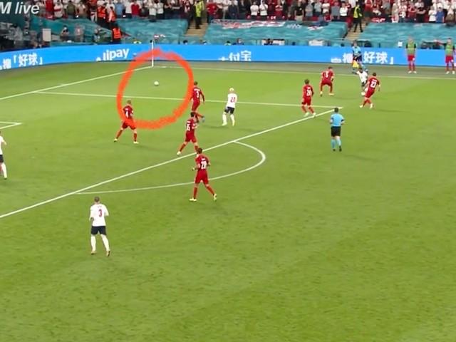 Fußball-EM - Vor Elfmeter-Geschenk für England liegt ein zweiter Ball auf dem Spielfeld rum