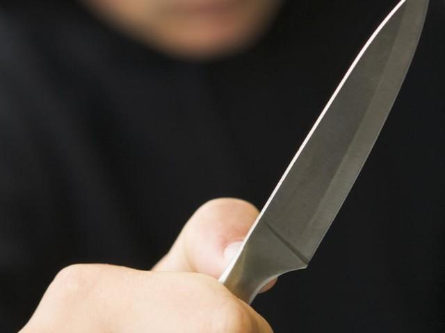 Mann stoppt Brandstifterin und wird mit Küchenmesser attackiert