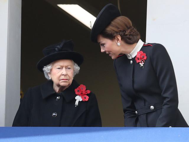 Queen Elizabeth: Warum trägt sie als einzige fünf Mohnblumen?