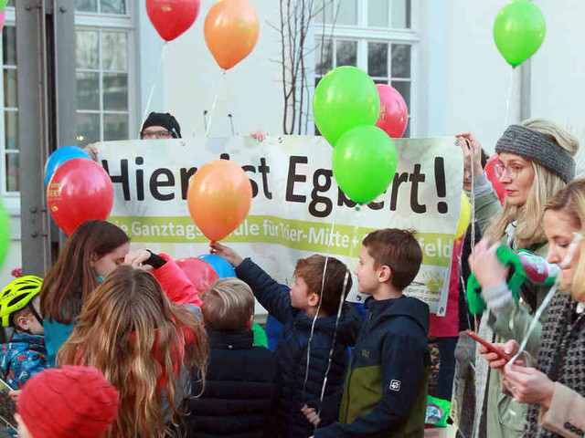 Schüler und Lehrer der Egbert-Schule protestieren vor dem Trierer Rathaus