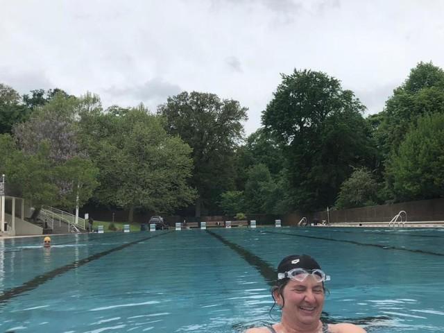 Badespaß am Öffnungstag: Schwimmliebhaber nehmen extra Urlaub