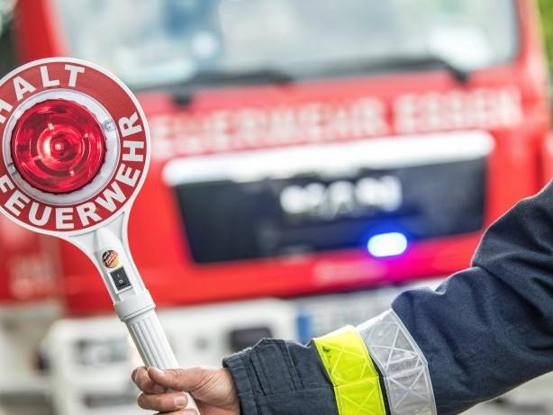 Einsatz: Feuerwehr muss acht Meter langen Ast in Duisburg absägen