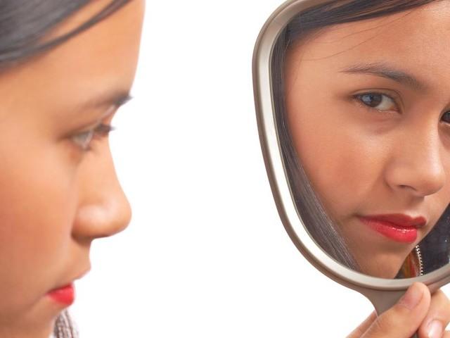 Dysmorphophobie - Wenn der Spiegel zum Feind wird: Die Angst vor der eigenen Hässlichkeit