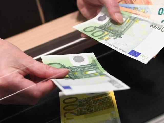 Geldabheben am Bank-Schalter darf extra kosten