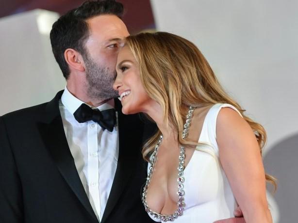 Ben Affleck und Jennifer Lopez händchenhaltend auf dem roten Teppich in Venedig