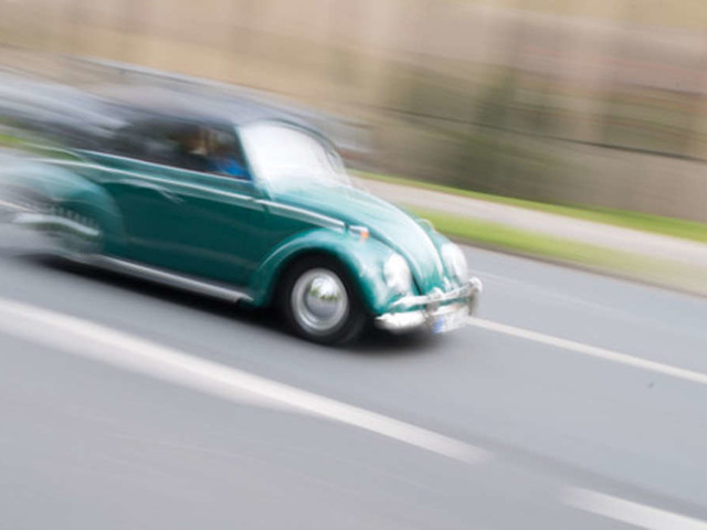 Fast so schnell wie ein Porsche: Unschuldiger VW Käfer wird zum Renn-Biest