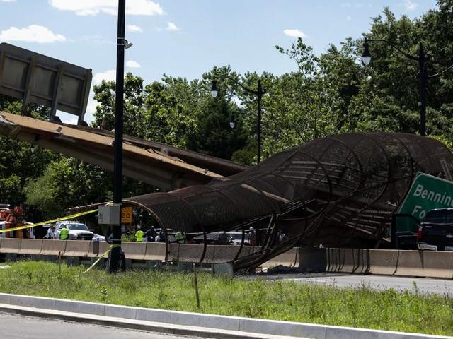 Fußgängerbrücke bricht über Autobahn zusammen