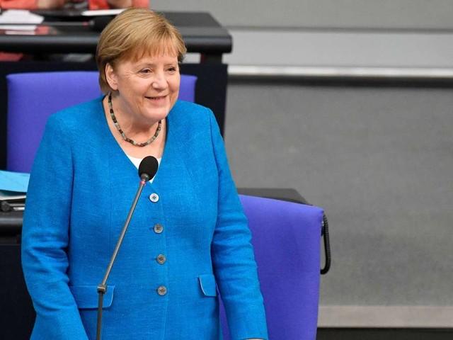 """Kühler Anfang vom Abschied: Merkel kämpft mit """"flackerndem Licht"""" - und muss bei Baerbock-Frage lachen"""