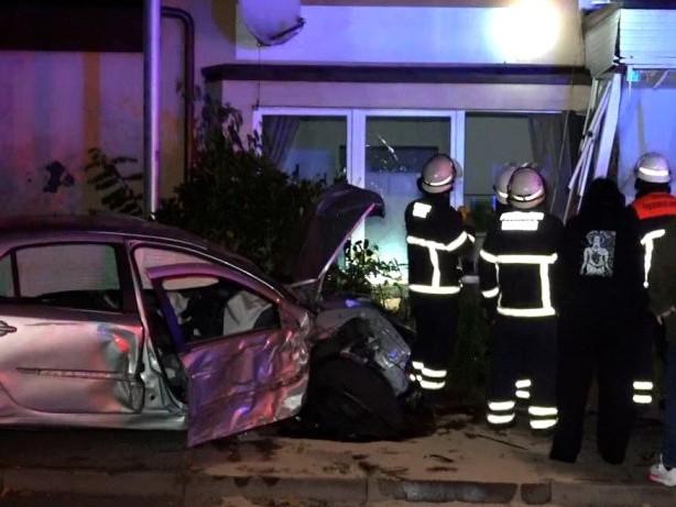 Unfall Hamburg: Betrunkener 18-Jähriger kracht mit BMW in Haus in Lohbrügge