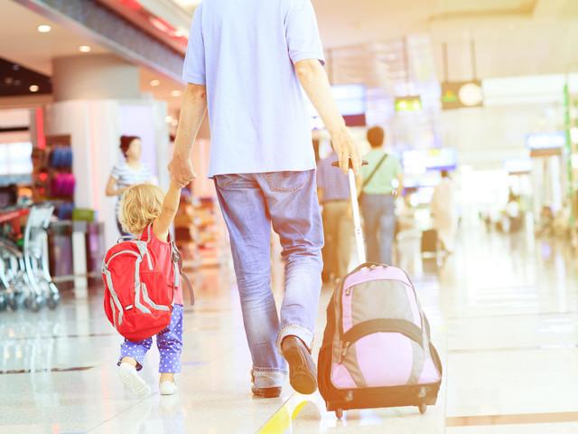 Weil sie nicht weitergehen wollte: Vater zieht Tochter an der Kapuze durch den Flughafen