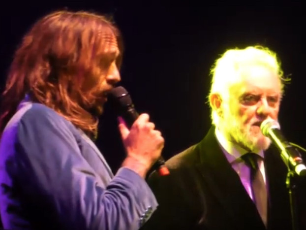 "Roger Taylor (Queen) und Justin Hawkins (The Darkness) spielen ""Under Pressure"""