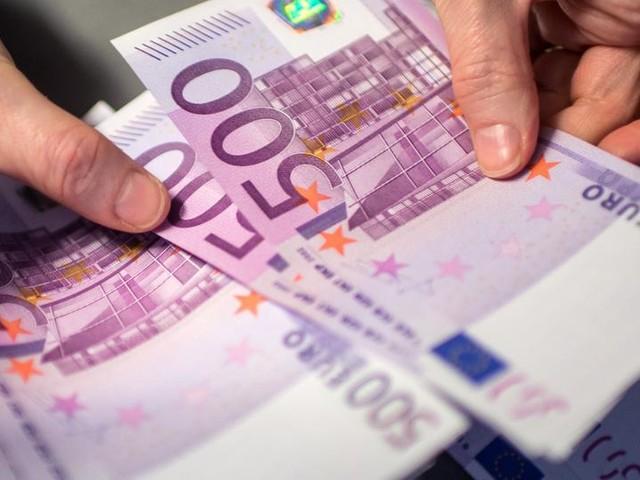 Ehepaar findet 21.000 Euro - und übergibt sie der Polizei