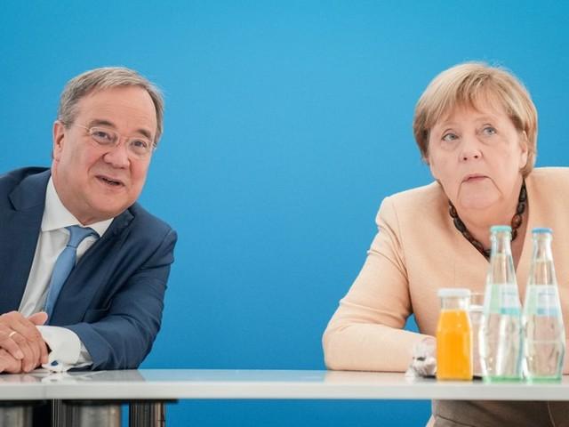 """Bundestagswahl im News-Ticker – Merkel will auf Kundgebung für Laschet werben + """"Hängt die Grünen""""-Plakate von Rechtsextremen müssen abgehängt werden"""
