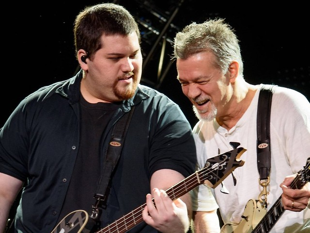 """""""Das hier ist für ihn"""": Eddie Van Halens Sohn singt für toten Vater"""