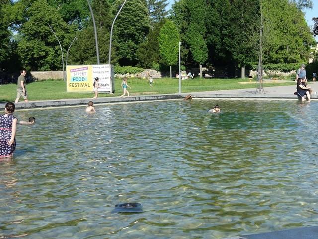 Wasserspiele helfen gegen die Hitze: Kühle Fontänen locken nicht nur Kinder