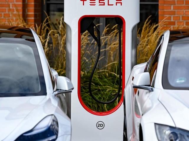 Sind Tesla-Ladesäulen bald für alle Elektroautos nutzbar?