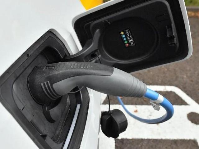 Ifo-Studie zu Klima-Folgen - Kölner Physiker und Hans-Werner Sinn behaupten: E-Autos sind schlimmer als Diesel