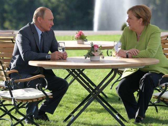 Putin bei Merkel: An einem Tisch