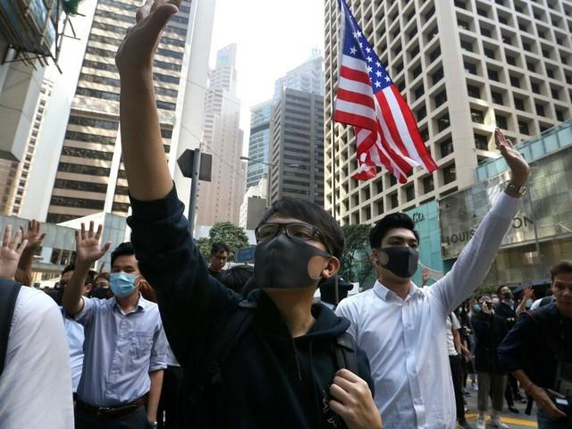 Eskalation: Weiterer Toter nach neuen Zusammenstößen in Hongkong – Angriff auf Justizministerin in London
