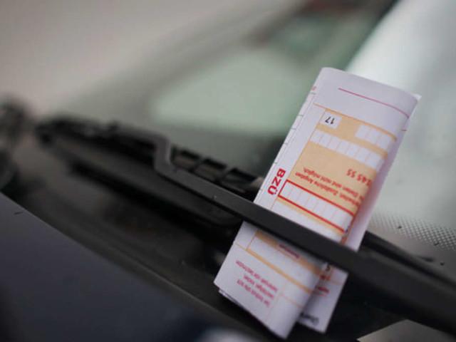 Paar verabschiedet sich drei Minuten lang im Auto - und muss jetzt 370 Euro Bußgeld zahlen