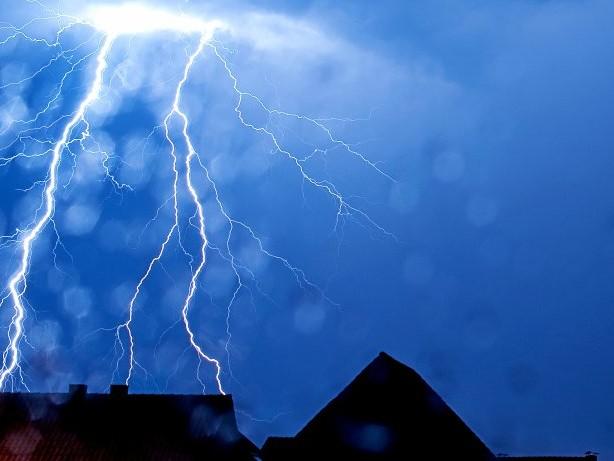 Großeinsatz: Reinbek: Blitz setzt Dach eines Mehrfamilienhauses in Brand