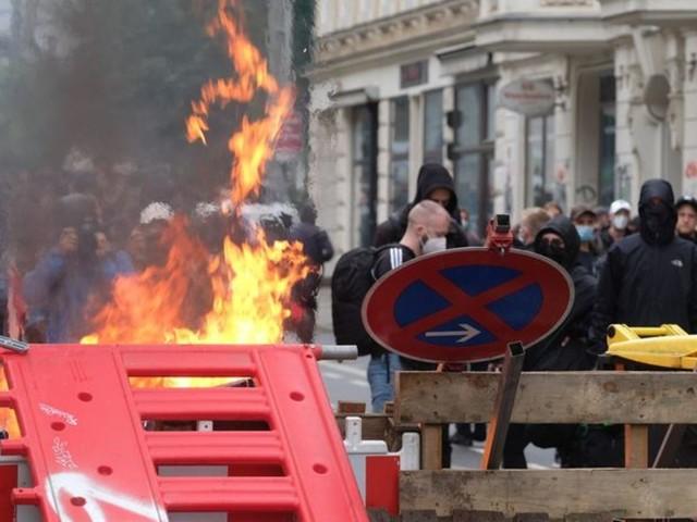 Ausschreitungen: Brennende Barrikaden nach linker Demonstration in Leipzig