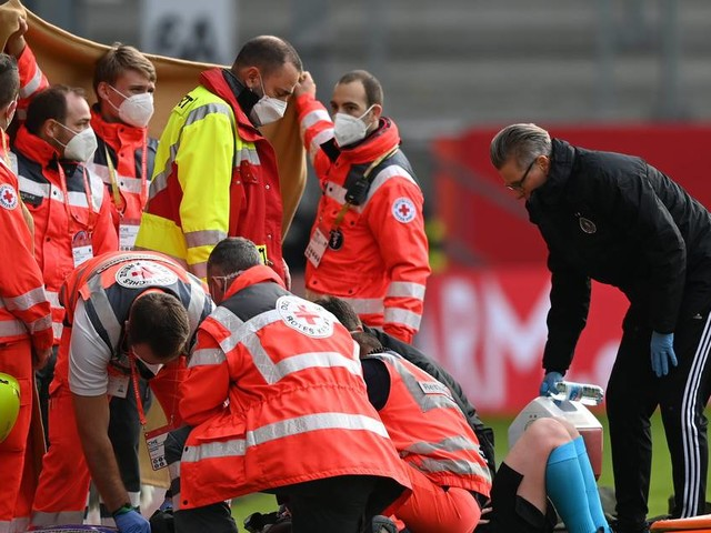 Schockmoment beim Spiel der DFB-Frauen: Linienrichterin muss ins Krankenhaus eingeliefert werden