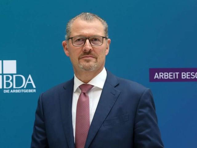 """""""Weniger Zettel, mehr Wirtschaft"""": Arbeitgeberpräsident fordert grundlegende Reformen"""