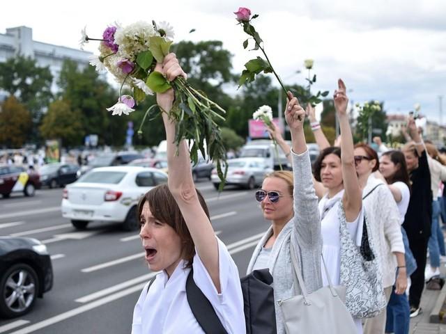 """Umstrittene Präsidenschaftswahl: """"Weibliche Revolution"""" in Belarus: Frauen in Weiß werden zum Symbol der Proteste"""