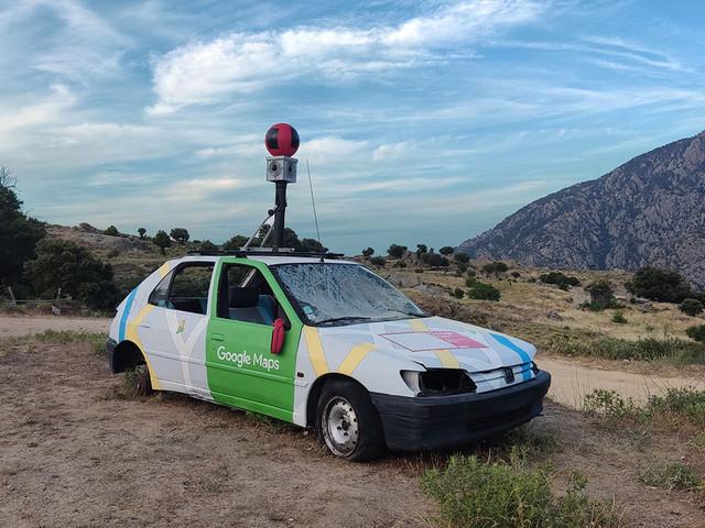 """Broken """"Google Car"""" mit Offline-Karte auf der Motorhaube in den Bergen von Corsica"""
