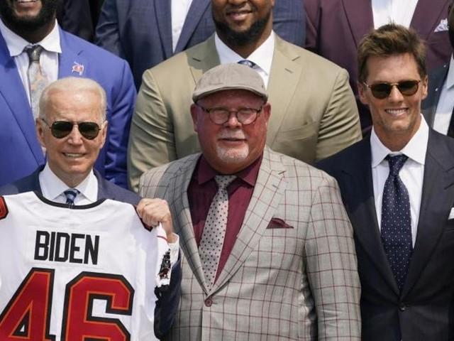 Biden empfängt Tampa Bay Buccaneers im Weißen Haus