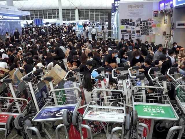 News von heute: Zusammenstöße zwischen Polizei und Demonstranten am Flughafen von Hongkong