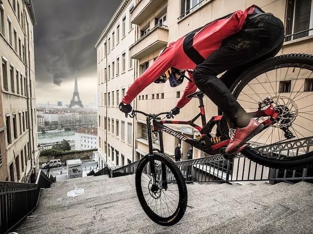 'Urban Freeride Lives' – Mit Mountainbike-Pro Fabio Wibmer von Lyon nach Paris