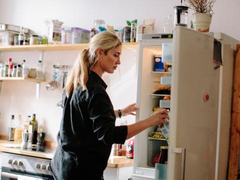Hat gute Gründe: Warum Milch besser nicht in der Kühlschranktür stehen sollte