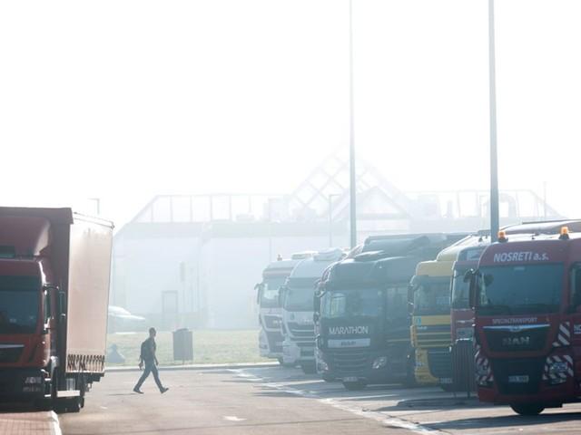 Rastplatz Hockenheim: Fahrer rammt mehrere Lastwagen und flüchtet