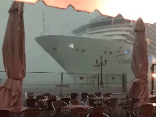 Kreuzfahrtschiff auf gefährlichen Kollisions-Kurs - Video zeigt dramatische Szenen