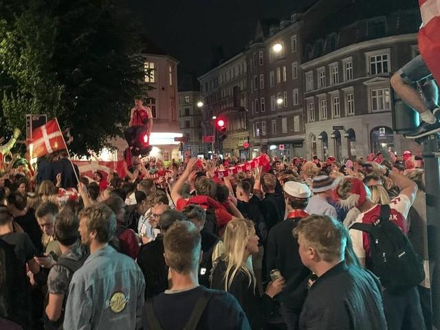 EM-Liveblog: Tausende Fans feiern dänischenErfolg - Eriksen gratuliert Teamkollegen