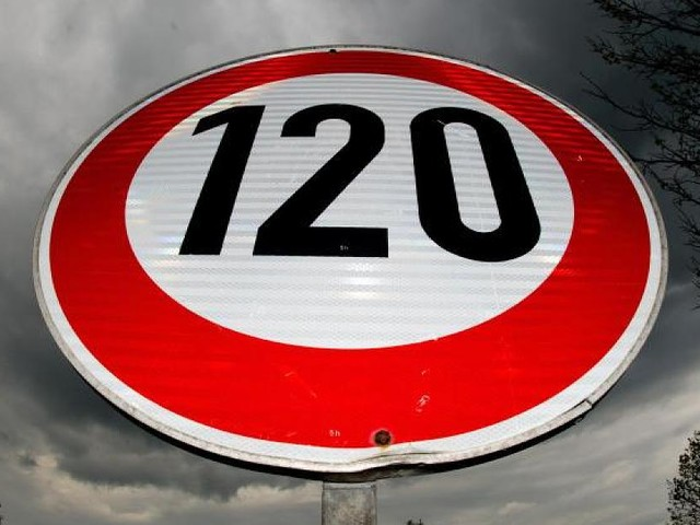 Auf Autobahnen - Deutsche Umwelthilfe fordert Tempolimit von 120