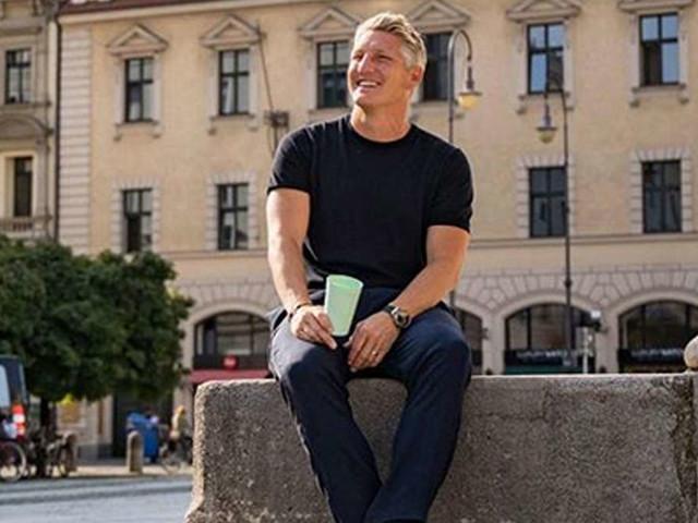 Bastian Schweinsteiger lässt seine Fans mit Lässig-Foto aus München rätseln