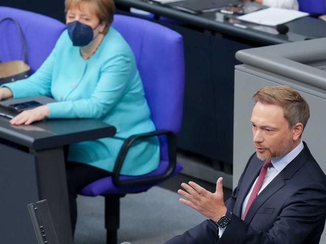 """Große Verdienste erworben"" − Lindner lobt Kanzlerin Merkel"
