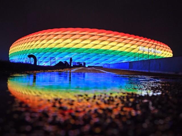 Regenbogenfarben - ohne UEFA: Jetzt leuchtet die Münchner Arena doch noch