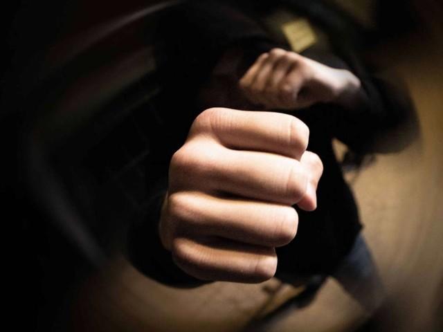 Räuberische Erpressung in Feuerbach: Trio schlägt und beraubt 18-Jährigen – Zeugen gesucht