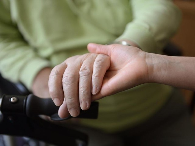 Unterschiede bei der Pflege: Mit steigendem Vermögen sinkt die Zeit für Pflege zuhause